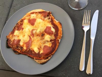 fertige Pizza us Pizzaofen im garten